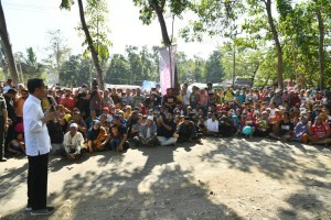 President Jokowi has a dialogue with residents of Pemenang Timur Subdistrict, North Lombok, NTB, Tuesday (8/14). (Photo by: Presidential Secretariat)