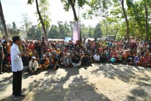 Presiden Jokowi berdialog dengan warga Kec. Pemenang Timur, Lombok Utara, NTB, Selasa (14/8) pagi. (Foto: Setpres)