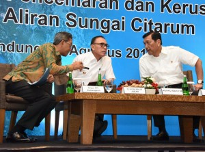 Coordinating Minister for Maritime Affairs during a meeting with several businessmen to discuss measures to control pollution and damage in the river held at Hilton Hotel in Bandung, West Java, Wednesday (1/8). (Photo by: Ministry of Home Affairs)