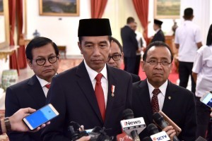 President Jokowi accompanied by Minister of State Secretariat and Cabinet Secretary answers reporter's question regarding Idrus Marham's resignation as Minister of Social Affairs, at State Palace, Jakarta, Friday (24/8) (Photo: PR/ Oji)