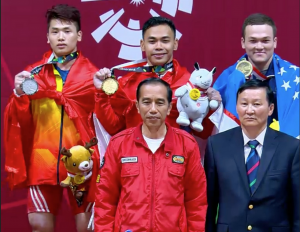 President Jokowi takes photo with Eko Yuli, weightlifting gold medalist in 2018 Asian Games, at JIExpo, Jakarta, Tuesday (21/8). (Photo: IST)