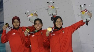 Wall climbing women's team show their gold after defeating China's team, in the final round held at SC Sport Climbing, Palembang, Monday (27/8). (Photo: IST)