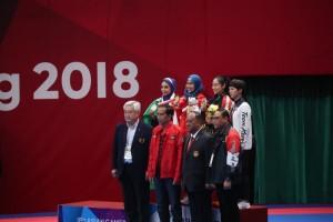 Defia Rosmaniarm berfoto bersama usai menerima medali emas yang dikalungkan oleh Presiden Jokowi, di Plenary Hall, JCC Senayan, Jakarta, Minggu (19/8) sore. (Foto: IST).
