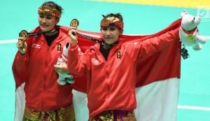 Pesilat Ayu Sildan Wilantari dan Ni Made Dwiyanti meraih medali emas ke-26 bagi kontingan Indonesia, di Padepokan Pencak Silat, TMII Jakarta, Rabu (29/8) siang. (Foto: IST)