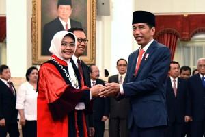 Presiden Jokowi memberikan ucapan selamat kepada Enny Nurbaningsih yang baru diambil sumpahnya sebagai Hakim Konstitusi, di Istana Negara, Jakarta, Senin (13/8) siang. (Foto: OJI/Humas)