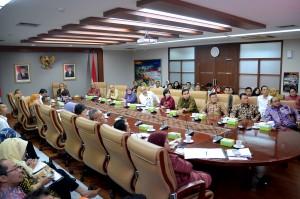 Deputi Seskab bidang Administrasi, Farid Utomo, memimpin Entry Meeting Evaluasi Pelaksanaan RB dan Sistem Akuntabilitas Kinerja Instansi Pemerintah di lingkungan Setkab, di Ruang Rapat Gedung III Kementerian Sekretariat Negara (Kemensetneg), Jakarta, Senin (27/8) siang. (Foto: Agung/Humas)