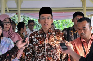 Gubernur NTB menjawab pertanyaan wartawan usai mengikuti Rapat Terbatas, di Kantor Presiden, Jakarta, Jumat (10/8). (Foto: Humas/Jay).