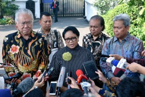 Menlu Retno Marsudi menjawab pertanyaan wartawan usai mendampingi Presiden Jokowi bertemu Menlu AS di Istana Merdeka, Minggu (5/8). (Foto: Humas/Agung).