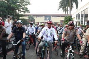Menpora, Menpora, Menkes, dan Kapolri mengikuti acara Funbike Nusantara di Jakarta, Kamis (9/8). (Foto: Kemenpora)