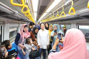 Menko PMK Puan saat mencoba LRT Palembang, Sabtu (11/8). (Foto: Kemenko PMK).