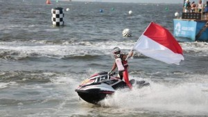 Jetski athlete Aqsa Sutan Aswar pockets the 12th gold for Indonesia on Endurance Open Runabout, at Ancol, North Jakarta, Sunday (26/8)