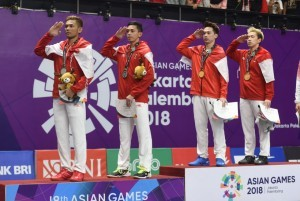 Badminton Men's Doubles Pair Kevin/Marcus and Fajar/Rian salute when the national anthem played at Istora GBK, Jakarta, Tuesday (28/8). (Photo: PR)