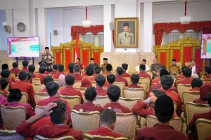 Presiden Jokowi memberikan sambutan saat menerima Ketua Umum PP Muhammadiyah dan pengurus serta anggota IMM, di Istana Merdeka, Jakarta, Senin (6/8) siang. (Foto: JAY/Humas)