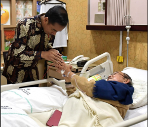 President Jokowi visits the Third President of the Republic of Indonesia Bacharuddin Jusuf Habibie, who was hospitalized at the Gatot Subroto Army Hospital (RSPAD), Jakarta, Monday (27/8). (Photo by: Presidential Secretariat).