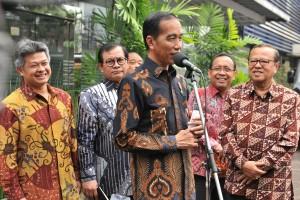 Presiden Jokowi didampingi Ketua KWI, Mensesneg, dan Seskab menyampaikan keterangan pers, di kantor pusat KWI, Jakarta, Jumat (24/8) pagi. (Foto: JAY/Humas)