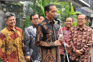 President Jokowi, accompanied by Chairman of the Indonesian Bishop Conference (KWI), Minister of State Secretary and Cabinet Secretary, holds a press conference at the office of KWI, Jakarta, Friday (24/8). (Photo by: Jay/ Public Relations Division of Cabinet Secretariat).