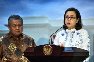 Menkeu Sri Mulyani didampingi Gubernur BI Perry Warjio menyampaikan keterangan pers usai rapat terbatas, di Kantor Presiden, Jakarta, Selasa (14/8) sore. (Foto: AGUNG/Humas)