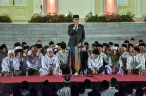 Presiden memberikan sambutan dalam acara Zikir dan Doa menyambut HUT ke-73 RI di Halaman depan Istana Merdeka Jakarta, Rabu (1/8) malam. (Foto: Humas/Jay).