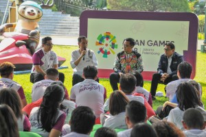 "Presiden Jokowi berdialog dengan peserta Promosi Asian Games 2018 ""Jalan Terus Indonesia"", di Istana Kepresidenan Bogor, Jawa Barat, Sabtu (4/8). (Foto: Humas/Jay)."