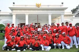 Presiden berfoto bersama para atlet yang akan berlaga halaman tengah Istana Merdeka, Jakarta, Rabu (8/8).(Foto: Humas/Jay).
