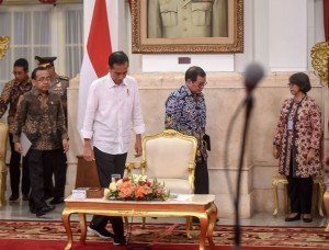 President Jokowi is accompanied by Cabinet Secretary Pramono Anung before a Plenary Cabinet Meeting at the State Palace, Jakarta, Tuesday (7/8). (Photo by: Agung/Public Relations Division)