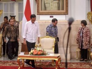 Seskab Pramono Anung mendampingi Presiden Jokowi sebelum memulai Sidang Kabinet Paripurna, di Istana Negara, Jakarta, Selasa (7/8) pagi. (Foto: AGUNG/Humas)