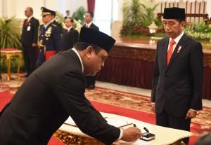 Presiden Jokowi menyaksikan Menteri PANRB Syafruddin menandatangani berita acara pelantikan, di Istana Negara, Jakarta, Rabu (15/8) pagi. (Foto: Rahmat/Humas)