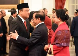 Menteri PANRB Syafruddin menerima ucapan selamat dari Seskab Pramono Anung usai pelantikan dirinya, di Istana Negara, Jakarta, Rabu (15/8) siang. (Foto: Rahmat/Humas)