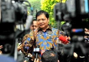 Industry Minister Airlangga Hartarto answers reporters' question after attending a Limited Meeting at Bogor Presidential Palace, West Java, Tuesday (31/7). (Photo by: Rahmat/Public Relations Division)
