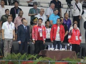 Presiden Jokowi didampingi Menko PMK, Menpora, dan Chef de Mission menyaksikan lomba renang Asian Games 2018, di venue akuatik, di Kompleks Olahraga Gelora Bung Karno, Jakarta, Senin (20/8) malam. (Foto: NIA/Humas)