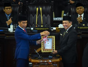President Jokowi shakes hands with the Speaker of the House of Representatives after delivering speech on 2019 State Budget Bill before the Plenary Session of the House of Representatives at the Nusantara Building, Jakarta, Thursday (8/16).   (Photo by: Agung/ Public Relations Division of Cabinet Secretariat).