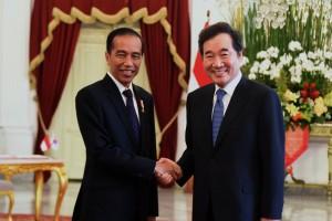 President Jokowi receives South Korean Prime Minister Lee Nak-yeon at the Merdeka Palace, Jakarta, Monday (20/8). (Photo by: Oji/ Public Relations Division of Cabinet Secretariat).