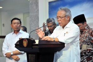 Menteri PUPR menjawab pertanyaan wartawan wartawan usai Rapat Terbatas, di Kantor Kepresidenan, Jakarta, Jumat (10/8). (Foto: Humas/Jay)