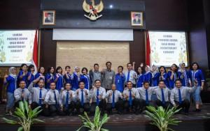 Deputi DKK Seskab Yuli Harsono didampingi para Asdep berfoto bersama tim Paduan Suara Kedeputian DKK Setkab, usai menang lomba di aula Gedung III Kemensetneg, Jakarta, Selasa (14/8) siang. (Foto: Agung/Humas)