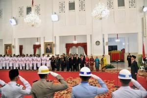 Presiden Jokowi mengukuhkan Pasukan Pengibar Bendera Pusaka (Paskibraka) Tahun 2018, di Istana Negara, Jakarta, Rabu (15/8) siang. (Foto: JAY/Humas)