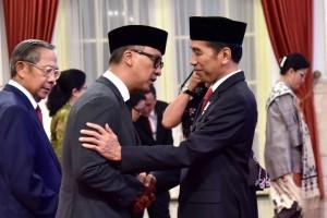 Presiden Jokowi memberikan ucapan selamat kepada Agus Gumiwang Kartasasmita, yang baru dilantiknya sebagai Mensos, di Istana Negara, Jakarta, Jumat (24/8) sore. (Foto: OJI/Humas)