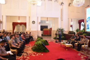 Presiden Jokowi didampingi Panglima TNI dan Kapolri mendengarkan laporan Dansesko TNI sebelum memberikan pengharahan, di Istana Negara, Jakarta, Kamis (23/8) siang. (Foto: OJI/Humas)