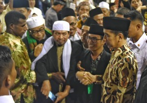 President Jokowi is shaking hands with the participants of the 7th Training for Forming Ulema Cadres in Bogor, West Java, Wednesday (8/8) morning. (Photo: PR Division/ Anggun)