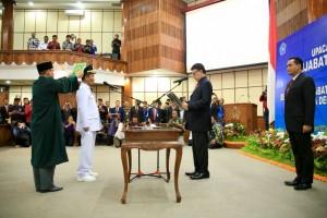Mendagri Tjahjo Kumolo melantik dan mengambil sumpah Hamdani sebagai Penjabat Gubernur Bali, di kantor Pemprov Bali, Denpasar, Rabu (29/80 siang. (Foto: Puspen Kemendagri)