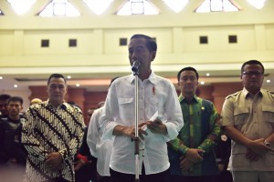 Presiden Jokowi menjawab wartawan saat meninjau venue Pencak Silat Asian Games 2018, di TMII, Jakarta, Senin (6/8) pagi. (Foto: OJI/Humas)
