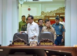 Presiden Jokowi didampingi Wakil Presiden dan Seskab memasuki Kantor Presiden, Jakarta, Selasa (14/8) siang, untuk memimpin rapat terbatas. (Foto: AGUNG/Humas)