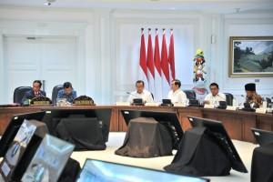 Presiden Jokowi didampingi Wapres Jusuf Kalla memimpin rapat terbatas tentang penanganan dampak gempa Lombok, di Kantor Presiden, Jakarta, Jumat (10/8) siang. (Foto: JAY/Humas)
