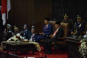 Presiden Jokowi dan Wapres Jusuf Kalla menghadiri sidang gabungan DPR-RI dan DPD-RI, di Gedung Nusantara, Jakarta, Kamis (16/8) siang. (Foto: OJI/Humas)