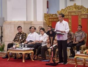 Presiden Jokowi menyampaikan pengantar pada Sidang Kabinet Paripurna, di Istana Negara, Jakarta, Selasa (7/8) pagi. (Foto: AGUNG/Humas)