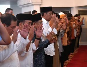 Presiden Jokowi, Wakil Presiden Jusuf Kalla dan sejumlah menteri melaksanakan melaksanakan Salat Gaib di Masjid Baiturrahim, Istana Kepresidenan, Jakarta, Jumat (10/8) siang. (Foto: Setpres)