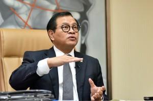 Seskab dalam wawancara menyambut HUT ke-71 Kemerdekaan Republik Indonesia, di ruang kerjanya Gedung III Kemensetneg, Jakarta. (Foto: Humas/Rahmat).