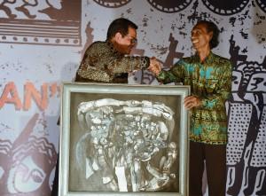 Seskab saat membuka pameran lukisan Sri Warso Wahono, di Bentara Budaya, Jakarta, Kamis (9/10). (Foto: Humas/Oji)