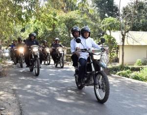 Presiden Jokowi dibonceng Gubernur NTB TGB Zainul Majdi saat menemui warga di sejumlah lokasi gempa, di Lombok Utara, NTB, Selasa (14/8) pagi. (Foto: Setpres)