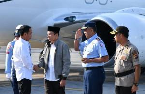Gubernur NTB TGB Zainul Majdi menyambut kedatangan Presiden Jokowi, di Bandara Lombok, Senin (13/8) sore. (Foto: BPMI Setpres)