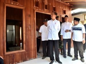 Presiden Jokowi meninjau rumah Lalu M. Zohri, juara dunia lari 100 meter U-20, di , Desa Pemenang Barat, Kec. Pemenang, Lombok Utara, NTB, Selasa (14/8) pagi. (Foto: Setpres)